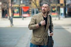 Un hombre camina abajo de la calle Imagen de archivo libre de regalías