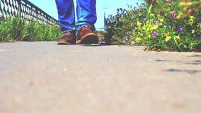 Un hombre camina cerca del camino, visión inferior almacen de metraje de vídeo