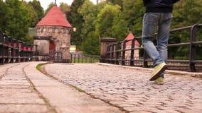 Un hombre camina a lo largo de la presa medieval en la ciudad vieja en la República Checa almacen de metraje de vídeo