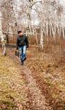 Un hombre camina a lo largo de la trayectoria fotos de archivo