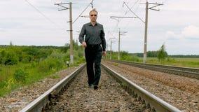 Un hombre camina por el carril almacen de video