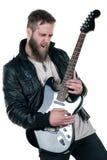 Un hombre carismático con una barba, en una chaqueta de cuero, tocando una guitarra eléctrica, en un fondo aislado blanco Marco h Fotografía de archivo
