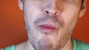Un hombre come una fresa, primer de los hombres de la boca almacen de video