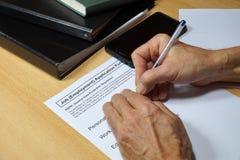 Un hombre completo en el formulario del empleo con la cláusula de regla de la protección de datos general GDPR Cambios importante fotografía de archivo