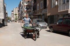 Un hombre con un carro recoge la chatarra Fotos de archivo libres de regalías