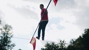 Un hombre con confianza y maravillosamente saltando en la cuerda sobre la tierra almacen de video