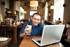 Un hombre con el cuaderno y el café fotos de archivo