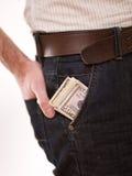 Un hombre con el dinero en su bolsillo Fotos de archivo libres de regalías