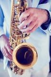 Un hombre con el saxofón Foto de archivo