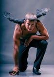 Un hombre con las alas del ángel. Foto de archivo