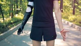 Un hombre con las manos artificiales y sanas Concepto futuro