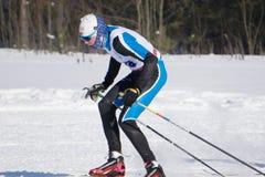 Un hombre con un paseo del esquí en la nieve - Rusia Berezniki 11 de marzo de 2018 Fotografía de archivo