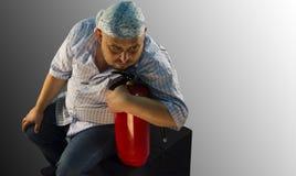 Un hombre con un extintor Imagen de archivo