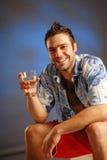 Un hombre con un vidrio de agua fotos de archivo libres de regalías