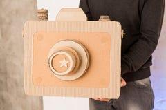 Un hombre con una cámara de la cartulina Fotos de archivo