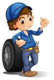 Un hombre con una rueda en el suyo detrás Imagen de archivo libre de regalías