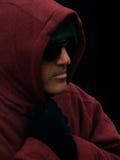 Un hombre con una sudadera con capucha Imagen de archivo libre de regalías