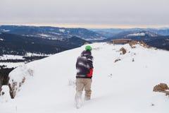 Un hombre corre en montañas imágenes de archivo libres de regalías