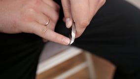 Un hombre corta sus uñas en casa Cuidado de la belleza almacen de video