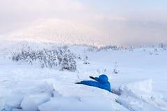 Un hombre cubierto con una avalancha de la nieve imagen de archivo libre de regalías