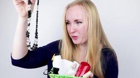 Un hombre da a muchacha hermosa un regalo - una cesta con los cosméticos y los productos de higiene Sorpresa agradable para el cu