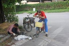 Un hombre de basura de proceso en SHENZHEN imágenes de archivo libres de regalías