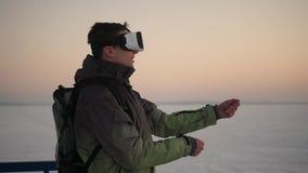 Un hombre de la calle en invierno en gafas de la realidad virtual gana almacen de video