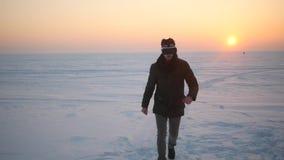 Un hombre de la calle en invierno en gafas de la realidad virtual gana almacen de metraje de vídeo