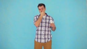 Un hombre de mediana edad en una camisa utiliza una crema protectora metrajes