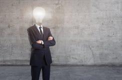 Un hombre de negocios con una bombilla en lugar de otro una cabeza imágenes de archivo libres de regalías