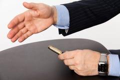 Un hombre de negocios con una mano abierta lista para sellar un trato Fotografía de archivo