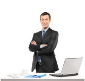 Un hombre de negocios confidente que presenta en su lugar de trabajo Fotos de archivo libres de regalías