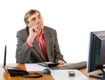 Un hombre de negocios en trabajos de una oficina Fotos de archivo