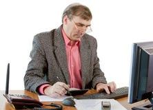 Un hombre de negocios en trabajos de una oficina Foto de archivo