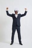 Un hombre de negocios en vidrios de la realidad virtual siente alegre Imagen de archivo libre de regalías