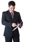 Un hombre de negocios es documentos de la lectura Fotos de archivo libres de regalías