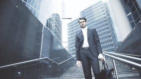 Un hombre de negocios está consiguiendo abajo al metro Imagen de archivo libre de regalías