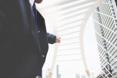 Un hombre de negocios está señalando el finger a algún edificio que él quiere t imagen de archivo libre de regalías