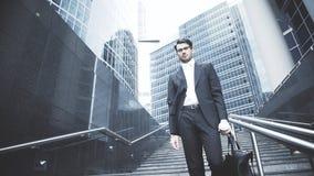 Un hombre de negocios joven está consiguiendo abajo al metro Foto de archivo