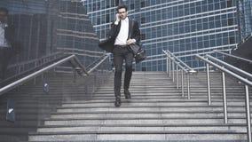 Un hombre de negocios joven está teniendo una llamada que consigue abajo en el metro Fotos de archivo