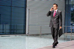 Un hombre de negocios joven está hablando en el teléfono Imagen de archivo