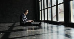 Un hombre de negocios masculino está trabajando en una oficina ligera y moderna en estilo del desván Un hombre concentrado trabaj metrajes