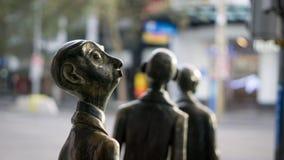 Un hombre de negocios para y las maravillas, a medida que otros continúan su manera en el ` s CBD de Melbourne Fotos de archivo
