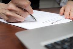 Un hombre de negocios pone su firma en el contrato Copie el espacio Imagen de archivo