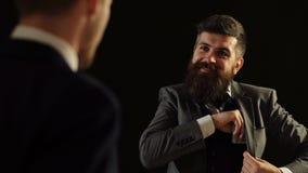 Un hombre de negocios pone una pila de dinero grande en su bolsillo Hombres de negocios Un acuerdo entre dos hombres de negocios  almacen de video