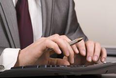 Un hombre de negocios que pulsa en el teclado de ordenador Fotos de archivo libres de regalías