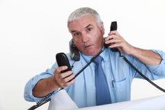 Un hombre de negocios realmente ocupado. Imagen de archivo libre de regalías