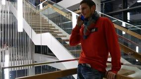 Un hombre de negocios soluciona problemas importantes con el smartphone
