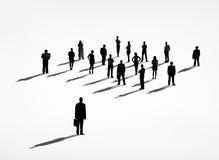 Un hombre de negocios Standing Out de la muchedumbre Fotografía de archivo