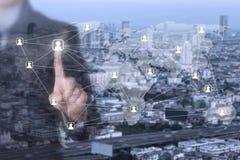 Un hombre de negocios usando su finger que presiona el icono social de la red imagen de archivo
